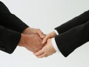 任せる信頼の握手